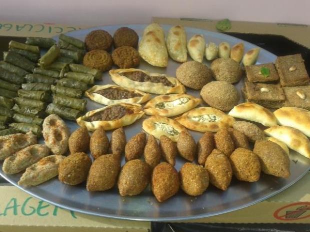 Kibes, esfihas e charutos de uva estão entre os quitutes disponíveis no Talal Cozinha Síria. Crédito: Divulgação