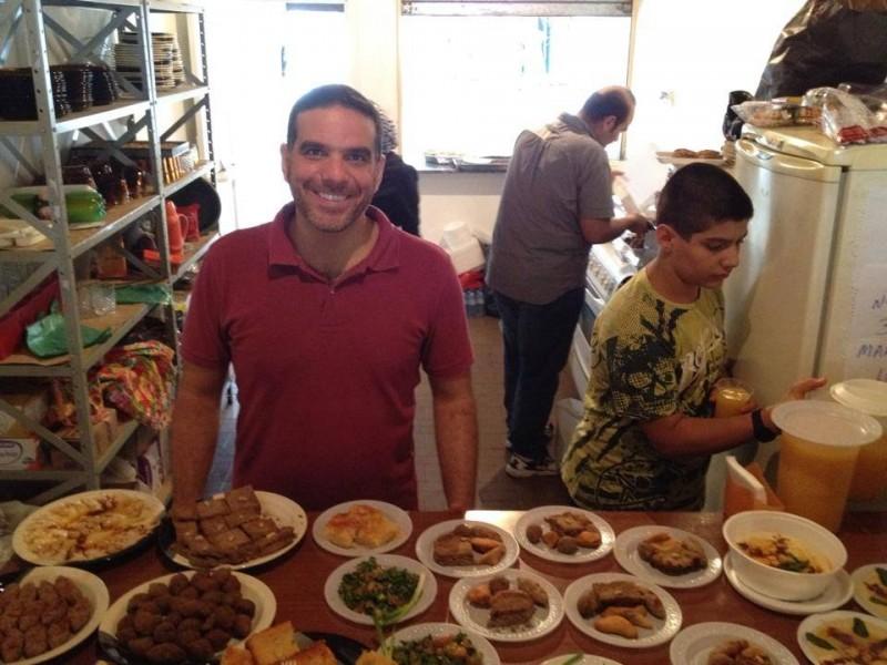 O engenheiro mecânico Talal, que agora trabalha com culinária síria. Crédito: aquivo pessoal