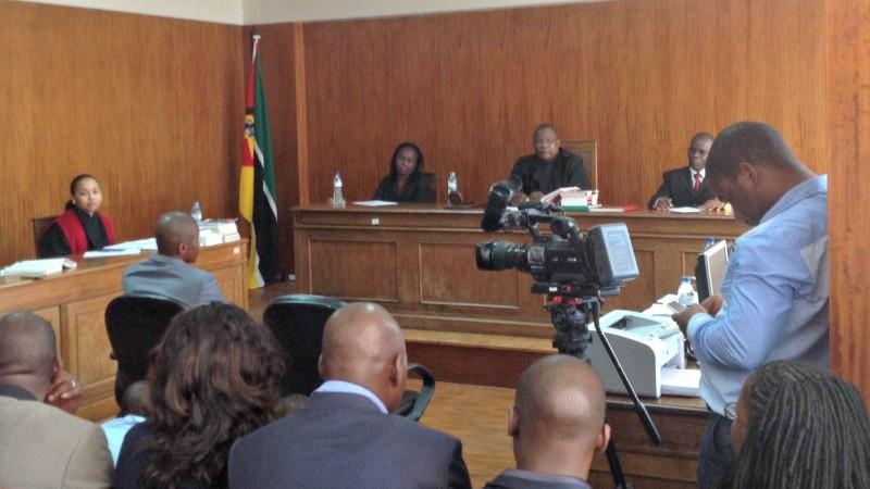 Um dos réus, Fernando Mbanze (esq) enfrenta o juíz durante a sessão que teve lugar no Tribunal de Maputo. Foto: Dércio Tsandzana/GlobalVoices