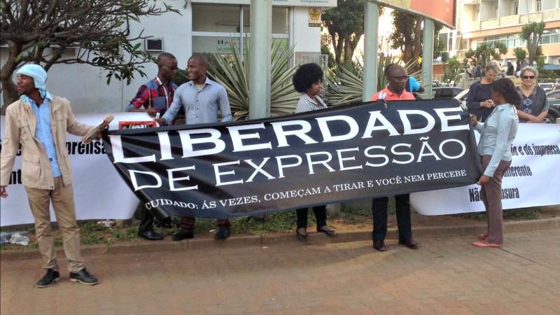 Protesto à porta do Tribunal. Foto: Dércio Tsandzana/GlobalVoices