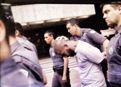 Caio Castor é preso pela PM. Foto de Rafael Vilela / Mídia Ninja.