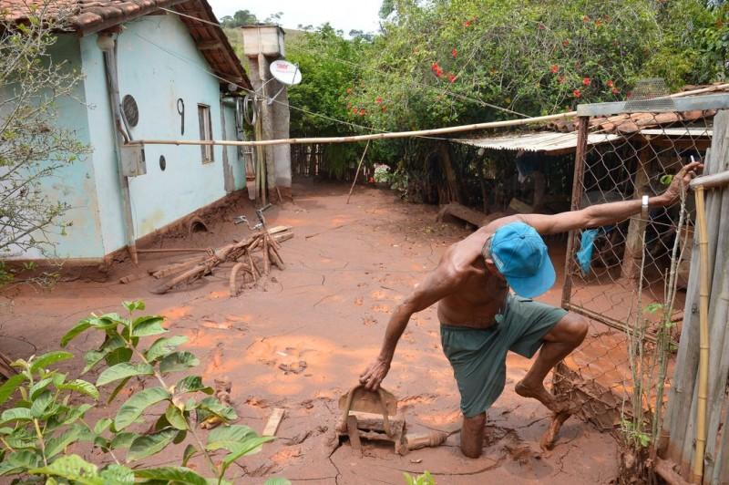 a cidade de Barra Longa MG fotos dos transtornos causados pelo mar de lama tóxica pelo rompimento da barrragem de Rezidos,fotos do Sr Antonio Pedro da Costa marador Atingido pelos Rezidos da Barragem