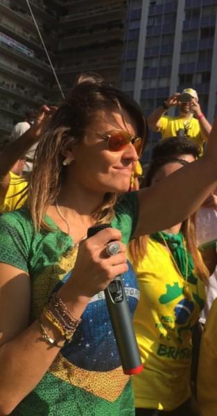 Gloria Alvarez falando na manifestação de 12 de abril na Avenida Paulista. Foto: Reprodução/Facebook