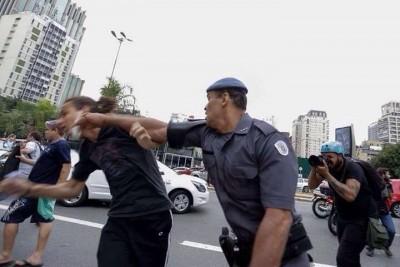 Estudante é agredido com soco no rosto por policia. Foto do Coletivo Molotov, uso livre.