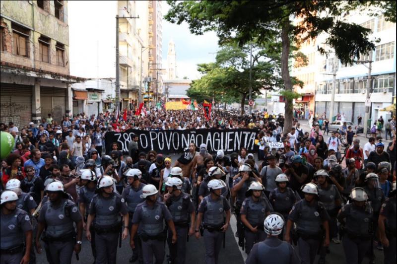 Manifestação caminha pelo centro de São Paulo. Foto via Centro de Mídia Independente, uso livre.