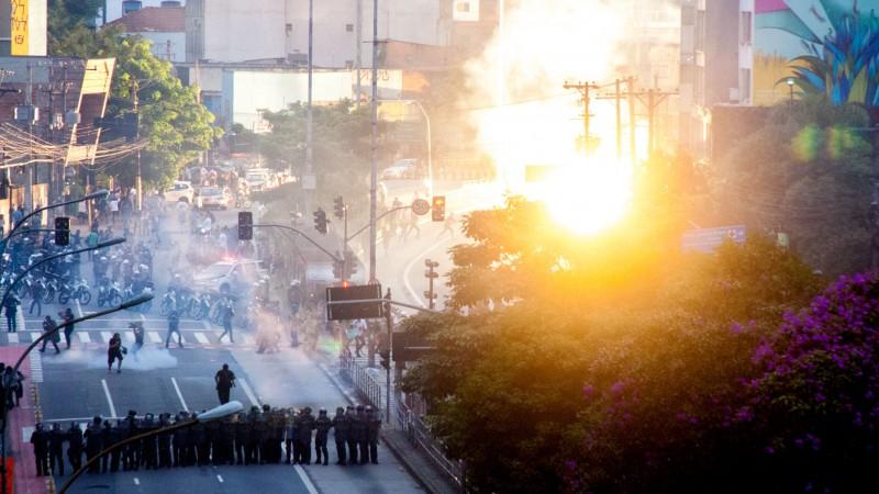 Manifestantes não concordaram com o percurso da passeata imposto pela PM, que passou a atacá-los