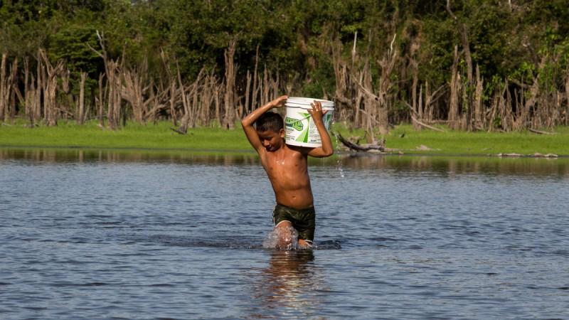 Comunidade de Marip· (Resex), sofrem com a falta de ·gua. O lago È o ˙nico recurso para surprir necessidades. Com a seca dos igarapÈs e a baixa do Rio TapajÛs prejudicam tambÈm o acesso. FLAVIO FORNER/XIB…/INFOAMAZONIA