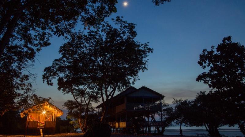 Das Leben der 24 Familien in der Gemeinde richtet sich ganz nach dem Wasserstand des Flusses Tapajós. Wie es in der Region üblich ist, bestehen ihre Häuser aus zusammengebundenen Elementen und sind in einem schlichten Stil gebaut, meistens aus Stroh und mit Wänden aus Holz, aber mit Anschluss an das öffentliche Stromnetz. FLAVIO FORNER/XIB…/INFOAMAZONIA