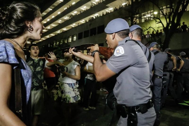 Policial ameaça estudante na PUC-SP. Foto de Alice V/Democratize