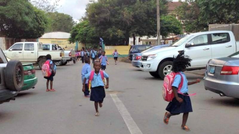 Los niños saliendo de la escuela, Maputo. Foto: Dércio Tsandzana