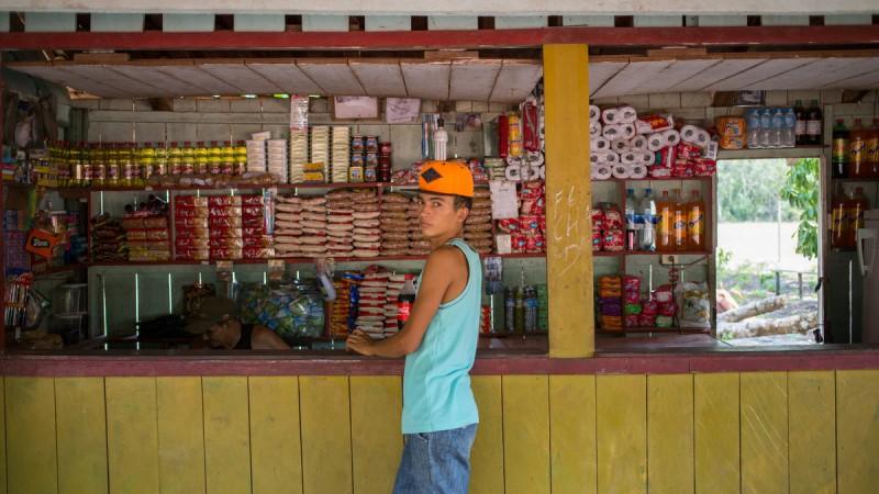 """Na comunidade existem 24 n˙cleos familiares que possuem um estilo de vida regido pelo ritmo das ·guas do rio TapajÛs, ainda conservam uma simbologia arquitetÙnica ligada aos costumes de viver na regi""""o em casas de moradia com rusticidade na construÁ""""o, na maioria de palhas com parede de madeira, porÈm com energia elÈtrica da rede publica. FLAVIO FORNER/XIB…/INFOAMAZONIA"""