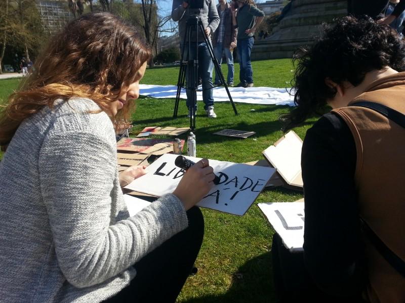 Antes do protesto, preparam-se os cartazes e as faixas. Manuel Ribeiro/GV