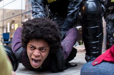 Estudante é agredido e imobilizado por policial militar em São Paulo. Foto: Rogério Padula/Democratize, uso livre