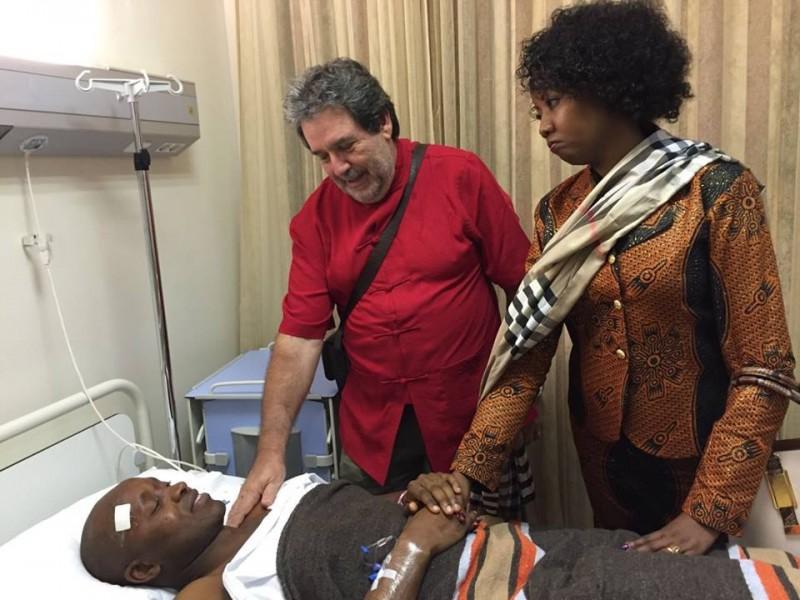 Jaime Macuane internado no Hospital Privado de Maputo depois de ter sofrido um atentado. Foto: Partilhada publicamente no Facebook