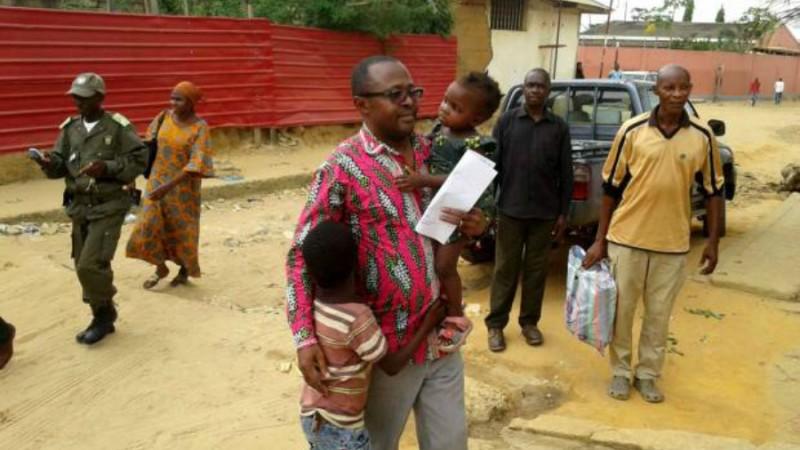 Marcos Mavungo junto da sua família, depois de libertado. Imagem cedida por Revista Cabinda