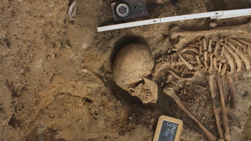 Ossadas. Cadáver de Mãe com recém-nascido entre braços.