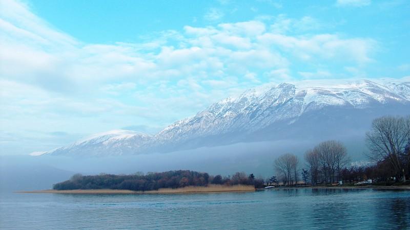 Margens do Lago de Ocrida e o Monte de Galicitica (2007). Foto: Apcbg / Dominio Público