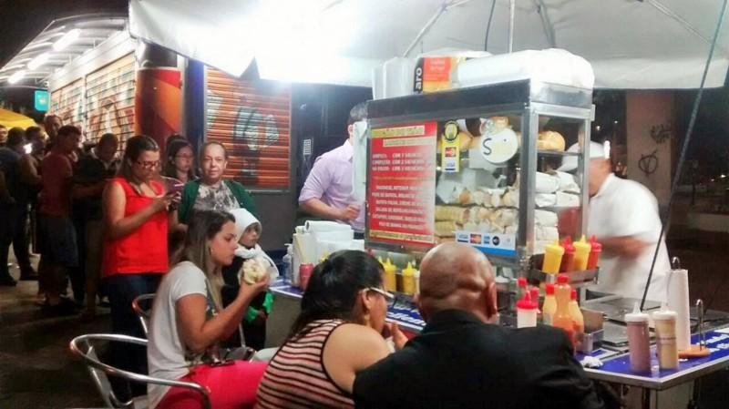 Enquanto comem, fregueses se divertem com bom humor do vendedor. Foto: Divulgação