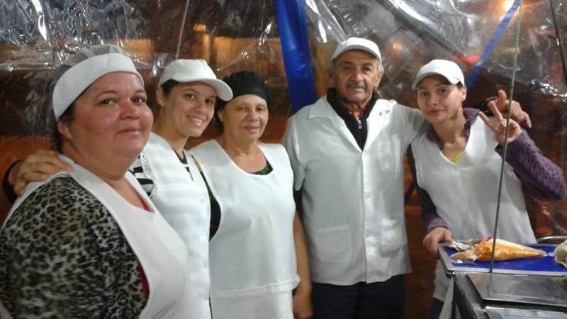 Enquanto comem, fregueses se divertem com bom humor do vendedor Foto: Divulgação