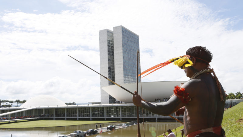 Indígena em frente ao Congresso, em Brasília, durante protesto contra a PEC 215 em março de 2015. Foto: Richard Silva/PCdoB na Câmara. CC BY-NC 2.0