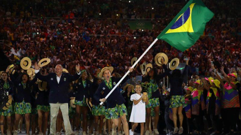 Yane Marques, do pentatlo moderno, liderou a delegação brasileira, a última a participar no desfile. Getty Images/Cameron Spencer