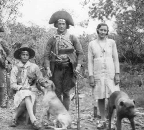Lampião, ao centro, e sua esposa Maria Bonita, à direita, por volta de 1936. Foto: Benjamin Abraão Moto/domínio público