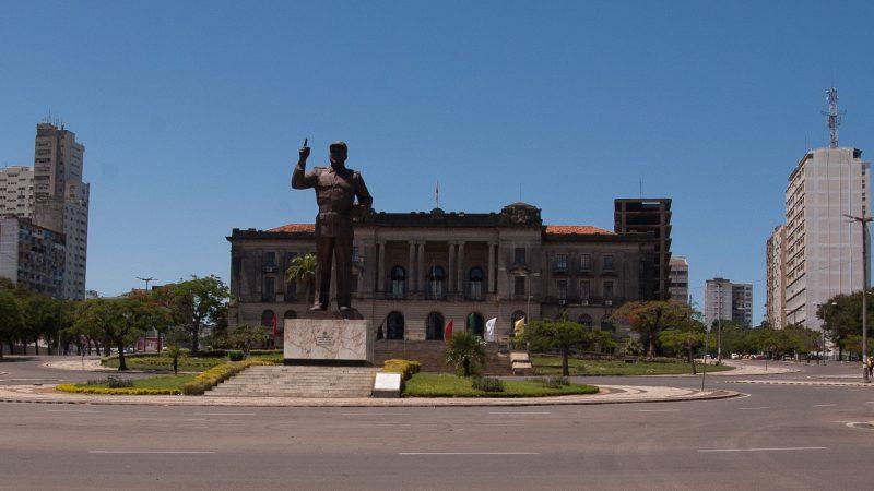Samora Machel em frente ao município de Maputo. Foto: Manuel Ribeiro/GV