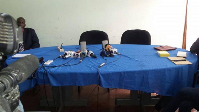 Conferência de imprensa via telefone de Afonso Dhalakama que falava a partir das matas de gorongosa [Sofala] para um grupo de jornalistas em Maputo