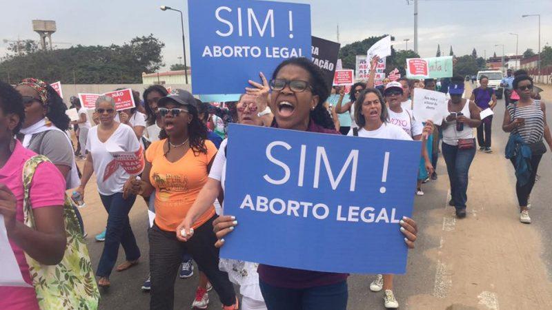 Cientos de mujeres protestaron en Luanda el sábado 18 de marzo contra la  penalización del aborto. Foto  Ondjango Feminista Facebook 3c8e8a57c706