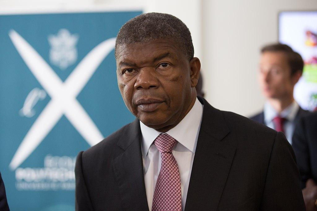 Portrait du président angolais João Lourenço en costume cravate, devant un fond flouté.