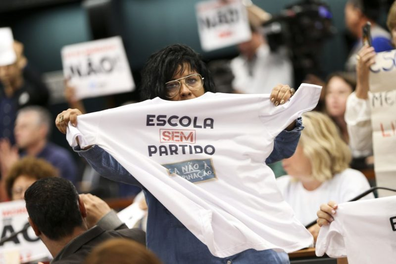 """Entenda o projeto que pode virar lei e cria """"caça às bruxas"""" aos professores de todo Brasil"""