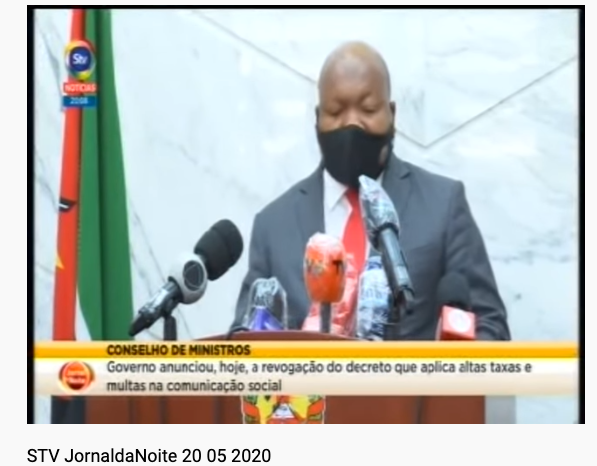 Un représentant du gouvernement mozambicain portant un masque de protection faciale annonce la révocation du décret au journal télévisé.