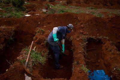 Un employé du cimetière de Vila Formosa à Sao Paolo creuse une tombe. D'autres sont fraîchement ouvertes.