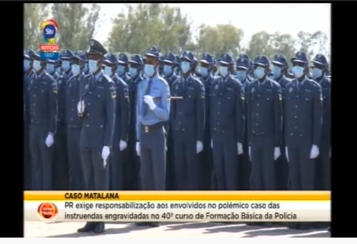 Au Mozambique, des policiers nouvellement formés se tiennent en rangs, masques sur le visage.