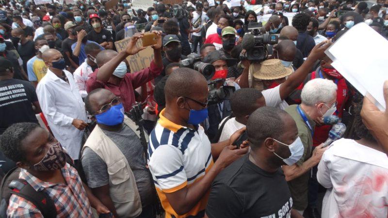 Une foule compacte de manigestants à Luanda. De nombreuses caméras immortalisent l'événement et tout le monde porte un masque.