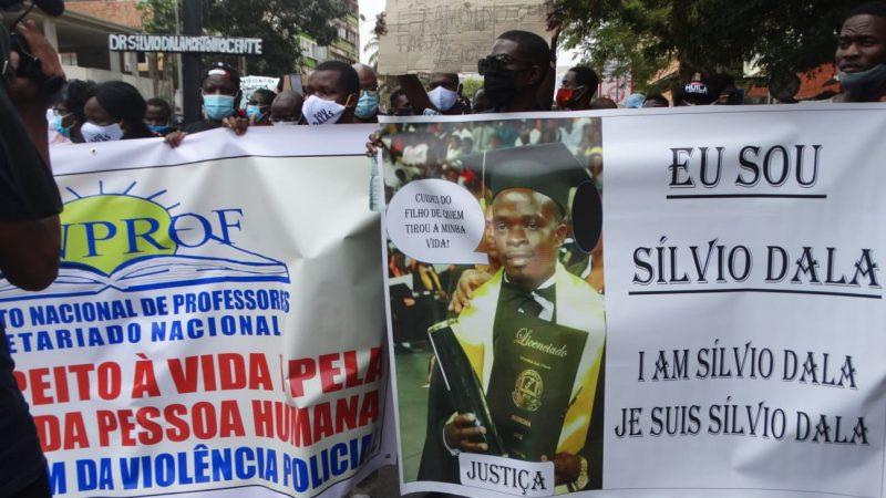 Lors d'une manifestation à Luanda contre les violences policières, des manifestants tiennent de grandes bannières en mémoire de Silvio Dala.