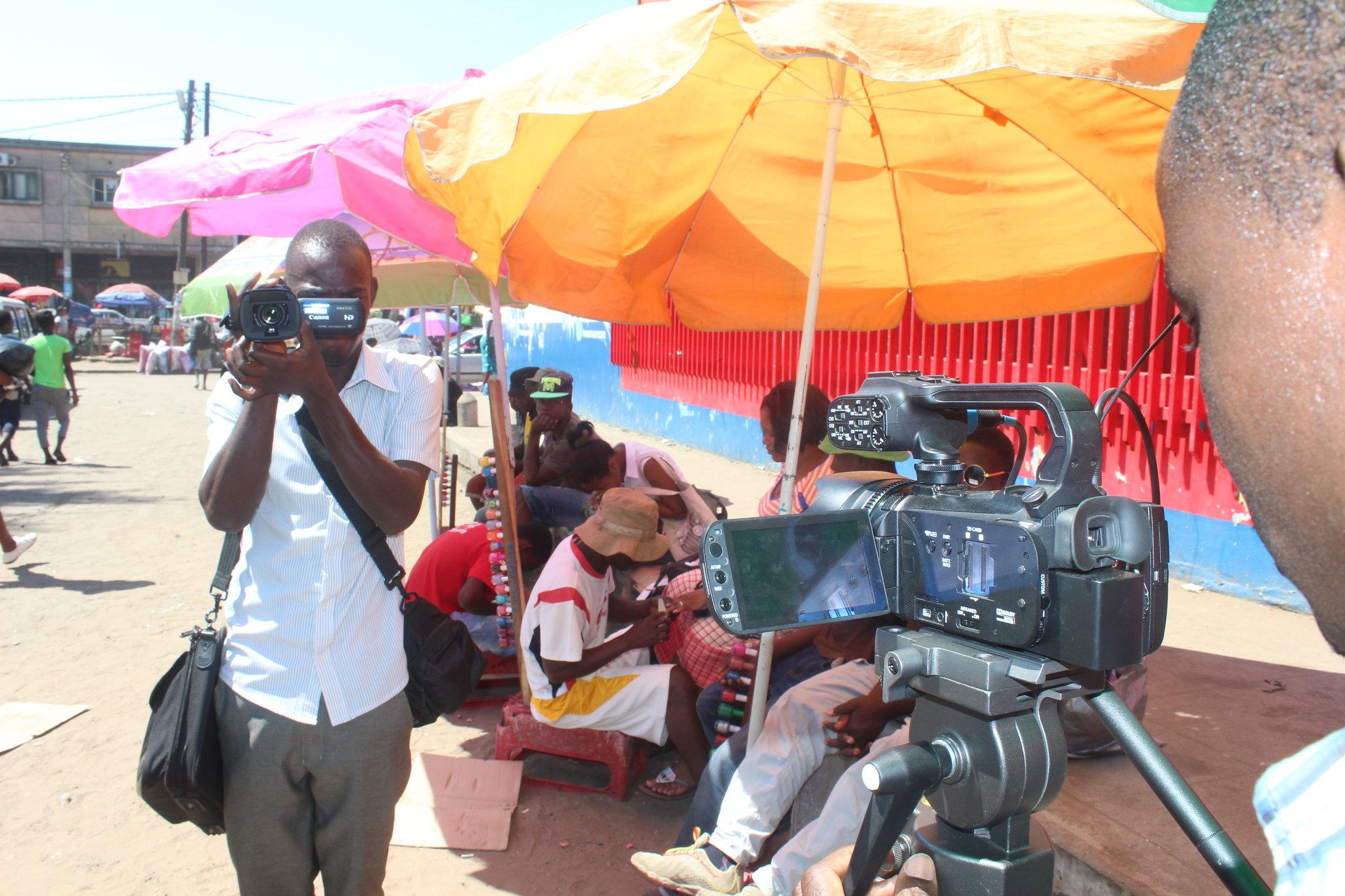 Des apprentis journalistes s'exercent avec des caméras au Mozambique.